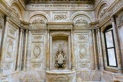 Marmeren badkamers in Dolmabahce-Paleis, Istanboel stock foto