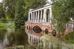 Marmeren brug in Park in Petersburg, Pushkin in de zomer Stock Foto's