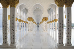 Marmeren colonnade in Sheikh Zayed Mosque Royalty-vrije Stock Foto's