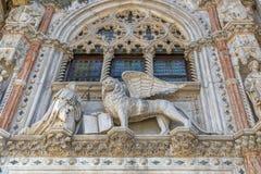 Marmeren decoratie van della Carta van ingangsporta van het Paleis Palazzo Ducale van de Doge met het symbool van Venetië de Gevl stock fotografie