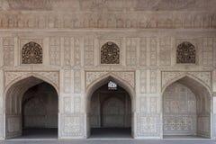 Marmeren die muur met bogen van het paleis, met rijk gesneden worden verfraaid en ingelegd. Agra, India Royalty-vrije Stock Fotografie