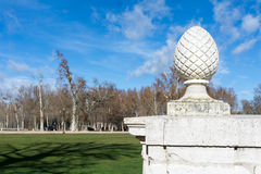Marmeren ei op podium tegen van zonnig gazon Royalty-vrije Stock Afbeelding