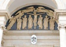 Marmeren hulp boven de voordeur van Parrocchia Santuario - Basiliek SS Cosma E Damiano, Alberobello, Italië stock afbeelding