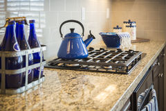 Marmeren Keukenteller en Fornuis met Kobalt Blauw Decor stock foto