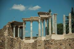 Marmeren kolommen en architraaf in Roman Theater in Merida stock afbeeldingen