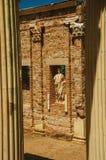 Marmeren kolommen en standbeelden van Roman Forum-de bouw in Merida stock afbeelding