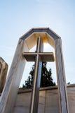 Marmeren kruis in de begraafplaats Stock Afbeeldingen