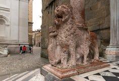Marmeren leeuw bij Basiliek van Santa Maria Maggiore in Bergamo Royalty-vrije Stock Fotografie