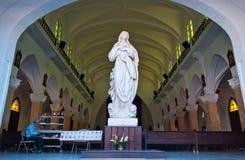Marmeren Maagdelijk Standbeeld in het Kathedraalbinnenland Stock Foto