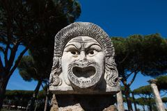 Marmeren Maskerdecoratie in het theater van Ostia Antica de 1st eeuwmasker stock foto