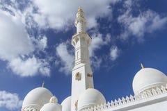 Marmeren pijler met koepels van Sheikh Zayed Grand Mosque met blauwe hemel in de ochtend in Abu Dhabi, de V.A.E Royalty-vrije Stock Fotografie