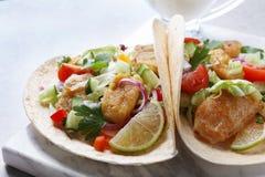 Marmeren raad met smakelijke vissentaco's Stock Foto