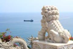 Marmeren Standbeeld van Foo Dog (Chinese Beschermerleeuw) royalty-vrije stock afbeeldingen