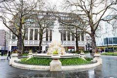 Marmeren standbeeld van William Shakespeare bij de Vierkante Tuin van Leicester in Londen, het Verenigd Koninkrijk stock foto's