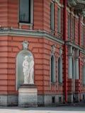 Marmeren standbeelden op het gebied van de voorgevel van het gebouw in Stock Foto's