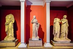 Marmeren standbeelden van goden en keizers van antiquiteit in het Museum van Antiquiteiten van Antalya, Turkije stock foto