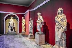 Marmeren standbeelden van goden en keizers van antiquiteit in het Museum van Antiquiteiten van Antalya, Turkije royalty-vrije stock foto's