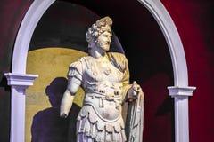 Marmeren standbeelden van goden en keizers van antiquiteit in het Museum van Antiquiteiten van Antalya, Turkije stock afbeeldingen