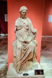 Marmeren standbeelden van goden en keizers van antiquiteit in het Museum van Antiquiteiten van Antalya, Turkije royalty-vrije stock fotografie
