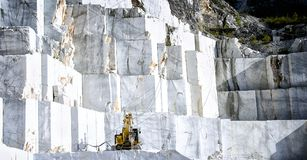 Marmeren steengroeve in Carrara Italië stock foto's
