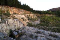Marmeren steengroeve met een van nature omringd berglandschap stock foto's