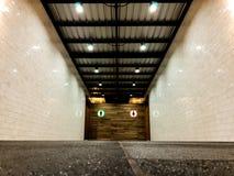 Marmeren tegelgang aan mannelijke en vrouwelijke badkamerss met witte bric Royalty-vrije Stock Afbeelding
