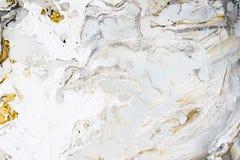 Marmeren textuur als achtergrond met gouden, zwarte, grijze en witte kleuren, die acryl het gieten middelgrote kunsttechniek gebr stock afbeelding