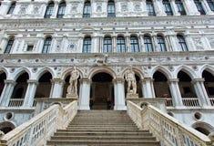 Marmeren trap bij het Paleis van de Doge in Venetië, Italië stock foto