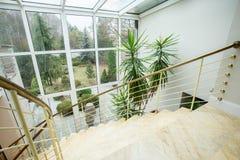 Marmeren trap binnen duur huis stock fotografie