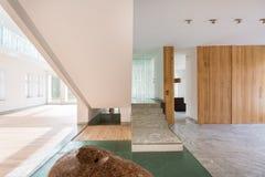 Marmeren trap in enorm huis royalty-vrije stock afbeelding