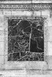 Marmeren tussenvoegsel op een oude muur royalty-vrije stock afbeeldingen