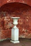 Marmeren vaas op achtergrond van geschende oude muur Royalty-vrije Stock Afbeelding