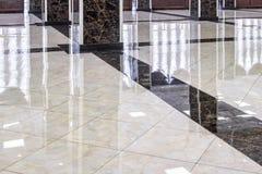 Marmeren vloer in de luxehal van bureau of hotel royalty-vrije stock afbeelding