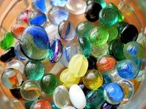 Marmi di vetro variopinti e perle in barattolo Fotografie Stock Libere da Diritti