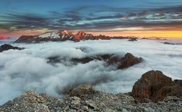 在日落的山Marmolada在意大利 免版税库存图片