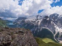 Marmolada glaciär och Fedaia sjö, Dolomites, Italien Arkivfoton