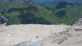 Marmolada, Italië Landschap aan de gletsjer en aan het Dolomiet tijdens de zomertijd stock videobeelden
