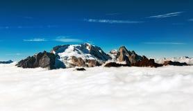 Marmolada - la crête de montagne émerge des nuages Photographie stock libre de droits