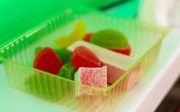 Marmoladowy i cukierku w plastikowym pudełku fotografia royalty free