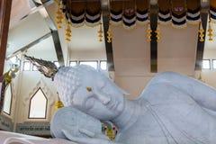 Marmor av att vila Buddhastatyn i tempel av watpaphukon Royaltyfri Fotografi