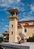 Marmor-Taube und Glockenturm auf griechisch-orthodoxer Kirche, Griechenland lizenzfreie stockfotografie