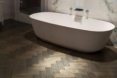 Marmor- und hölzernes Badezimmer Stockbild