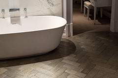 Marmor- und hölzernes Badezimmer Stockbilder