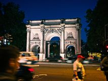 Marmorbåge, London, England på natten royaltyfri fotografi