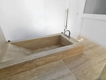 Marmorbadewanne in einem modernen Badezimmer stockfotos