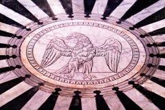 Marmorboden mit Adler als Kathedraleninnenraum in Siena Lizenzfreies Stockbild