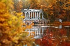 Marmorbrücke im Park in Petersburg, Pushkin im Herbst Stockbild