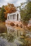 Marmorbrücke im Park in Petersburg, Pushkin im Herbst Lizenzfreies Stockfoto