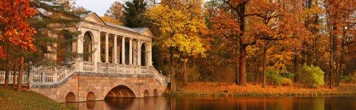 Marmorbro i den Catherine trädgården i Pushkin Royaltyfri Foto