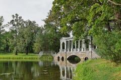 Marmorbron i Catherine parkerar i staden av Pushkin Royaltyfri Fotografi